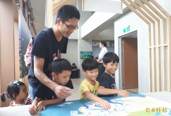 水文化地景特展還設有河川教室,讓小朋友更容易了解桃園河川。(記者謝武雄攝)