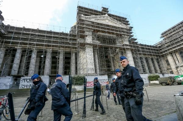 比利时法院今日对2015年巴黎恐攻目前唯一存活的嫌犯,同时也是2016年比利时枪击案嫌犯的阿布岱斯兰进行宣判。图为2月阿布岱斯兰首度在布鲁塞尔出庭受审时,法院外戒备森严的警力。(资料照,欧新社)