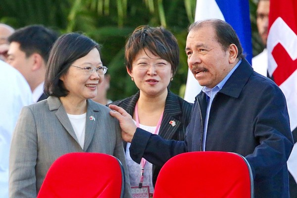 Nicaraguan President Daniel Ortega, right, gives President Tsai Ing-wen a pat during his inauguration ceremony on Tuesday at the Plaza de la Revolucion in Managua. Photo: CNA