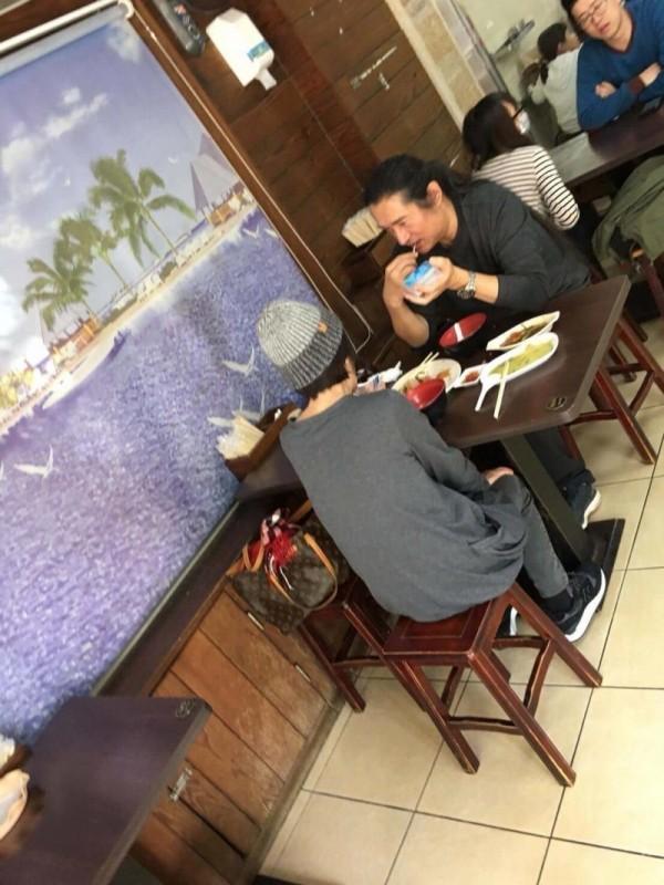 背棄台灣的過氣藝人黃安今日,被ptt鄉民捕獲在新竹縣竹北市大啖台灣美食。(圖擷取自爆廢公社)