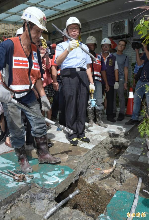 台北市長柯文哲30日象徵性拔除台北市最後一根自來水鉛管,並由施工單位裝上不鏽鋼管。(記者張嘉明攝)