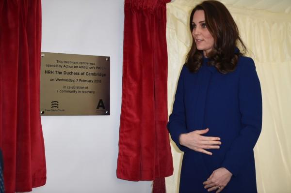 英國許多博弈公司都開出「猜名字」的賭盤,讓民眾下注猜測新的小公主或小王子的名字,目前呼聲最高的名字是「瑪莉」(Mary)。圖為凱特王妃挺孕肚出席活動。(資料照,法新社)
