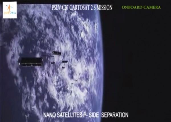 今天ISRO網站上公布的影片中可看見,衛星一顆接著一顆逐步在軌道上與火箭分離的珍貴畫面。(翻攝自ISRO網站)