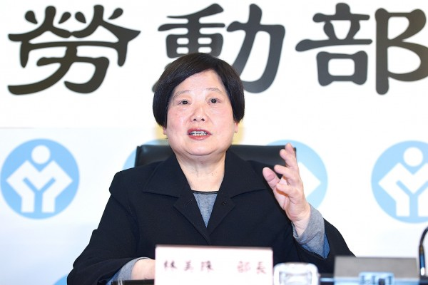 Minister of Labor Lin Mei-chu speaks at a news conference at the Ministry of Labor in Taipei yesterday after the legislature passed the amendments to the Labor Standards Act. Photo: Liao Chen-huei, Taipei Times