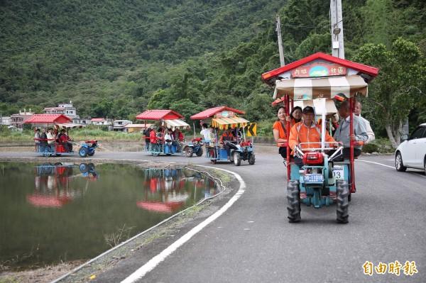 乘著由鐵牛車和人力車組合改造的「鐵牛力阿卡」,遊覽農村風光,認識內城社區的農村故事。(記者沈昱嘉攝)