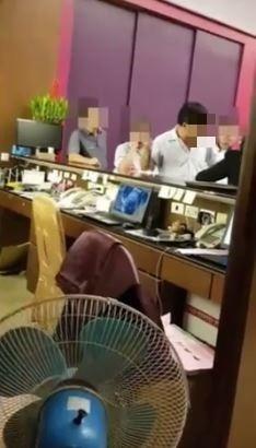 一名婚禮女主持人在臉書「爆料公社」PO文表示,日前主持婚禮的時候,遭餐廳老闆咆哮幹譙。(圖擷取自爆料公社影片)