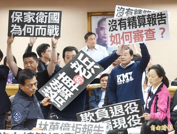 立法院外交及國防委員會9日開會審查軍人年改法案,國民黨團發動杯葛,還有部分立委為了反對改革口出狂言引起爭議。(記者方賓照攝)