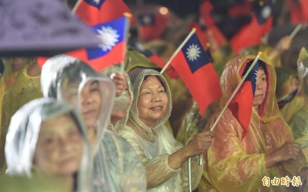雖台北市今晚下起大雨,仍有上千名民眾聚集於中正紀念堂民主廣場,對郝龍斌表達支持。(記者劉信德攝)