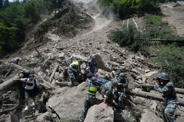 中國九寨溝昨晚(8日)發生強震,造成多人傷亡、景區內多家飯店損毀,也對九寨溝的自然景觀造成嚴重破壞,昔日美景恐怕短時間內難以復原。(路透)