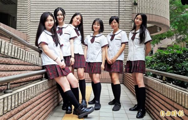 新竹市私立光復中學女生制服有日本高校女生FU,年輕活潑的設計,充分展現「青春正好」魅力。(記者洪美秀攝)