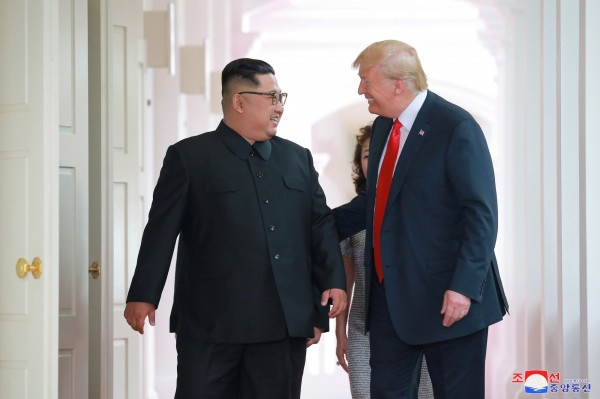 北韓領導人金正恩(左)與美國總統川普(右)。(路透資料照)