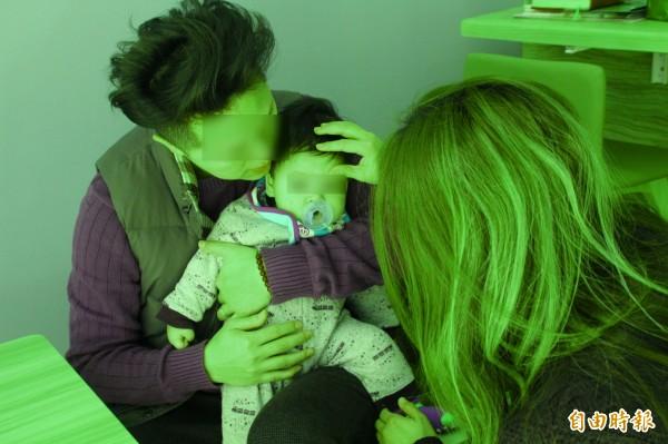 劉先生(左)、劉太太(右)直言,雖然詳細檢視確實找不到寶寶身上有傷,但是從監視器所見的畫面,想是所有為人父母者都難以接受。(記者黃美珠攝)