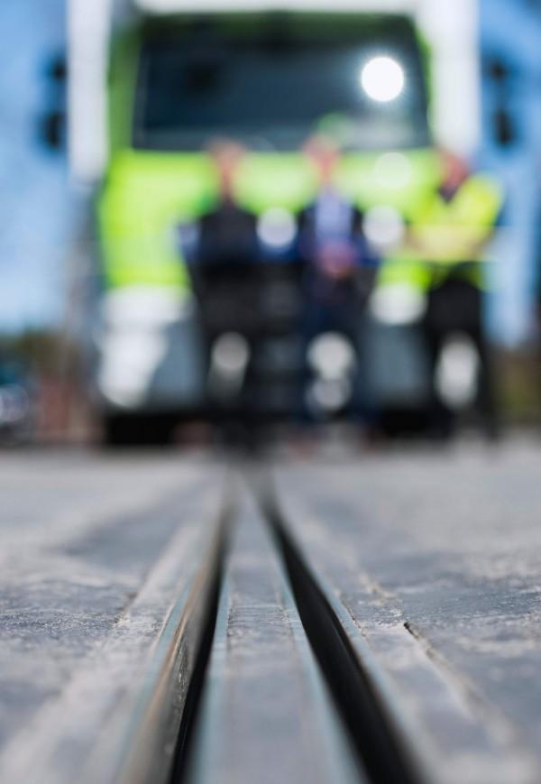 電氣化道路中間有充電軌道,讓電動車的充電裝置連接,即可邊開邊充電。(法新社)