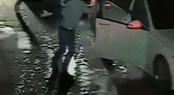 蔡男今天凌晨撂人,下車後持空氣槍、球棒朝店家射擊、揮打。(記者林嘉東翻攝)