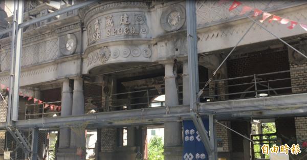 正等待重建的古蹟日治時期大溪著名商人簡阿牛的宅邸,可用手機拼圖遊戲重現他的特色建築。(記者胡姿霞攝)