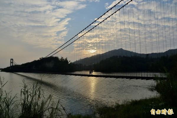 阿公店水庫的「煙波虹橋」日落時可觀賞夕陽斜射餘光盪漾。(記者許麗娟攝)