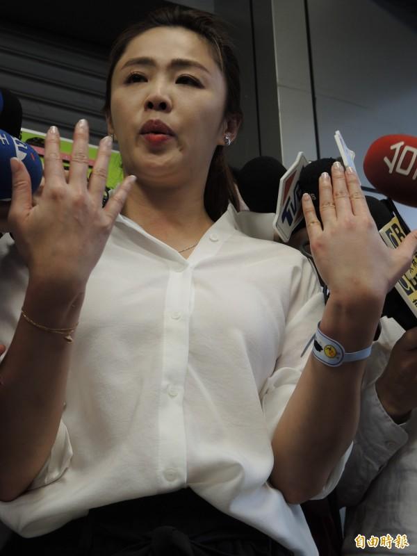李婉鈺昨天出示手部瘀傷,指控執勤警員傷害。(資料照,記者翁聿煌攝)
