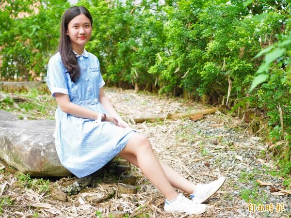 聖母護校制服白色圓領與圓扣,搭配藍白條紋的連身裙,清新脫俗。(記者簡惠茹攝)