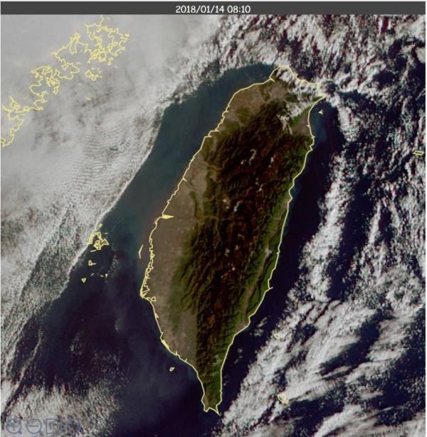 鄭明典指出,因為大氣穩定與輻射冷卻的因素,讓台灣好像被一層防護照給保護。(圖擷自鄭明典臉書)