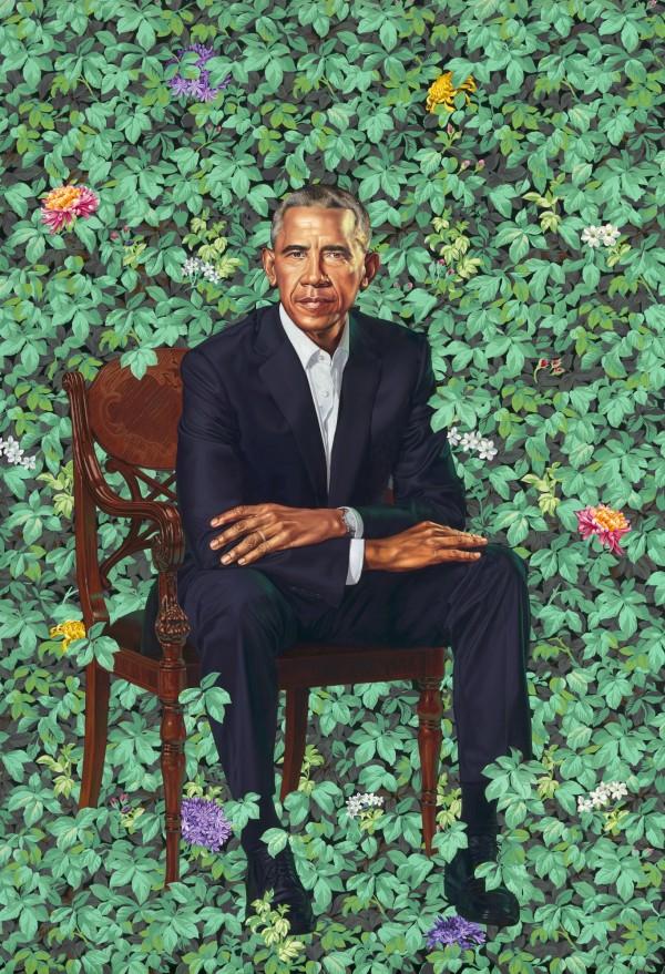在懷禮畫中,歐巴馬坐在椅子上,身體向前傾,看起來頗為嚴肅,背景則是滿滿的綠葉繁花,讓人想起歐巴馬熱帶風情濃厚的故鄉夏威夷。(美聯社)
