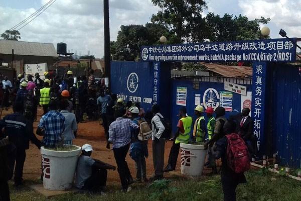 中國國企在烏干達的高層管理人員被指控對員工性騷擾、沒按時支付薪資,至少400名員工今(4)日進行罷工抗議。(圖取自《daily monitor》)