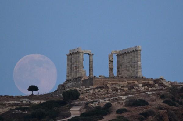 圖中背景為位於雅典東南方知名景點、波塞頓海神廟。(美聯社)