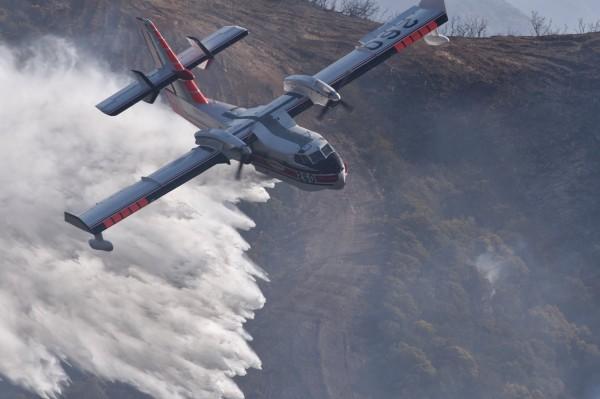 美加州野火延燒中,出動直升機灌救。(歐新社)