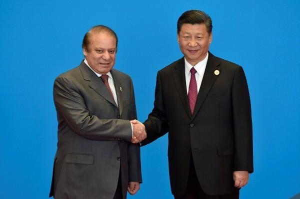 巴基斯坦取消與中國合作的大壩工程。圖為中國國家主席習近平,和巴基斯坦前總理納瓦茲·夏立夫(Nawaz Sharif )。(路透)