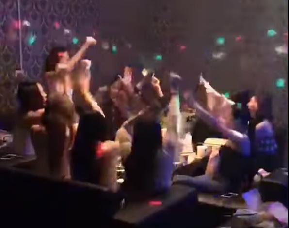 蔡正元日前在臉書上PO出辣妹們在夜店替韓國瑜助選的影片,引發網友熱烈討論。(圖擷取自蔡正元臉書)