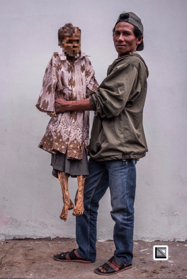 印尼蘇拉威西(Sulawesi)島上傳統趕屍儀式,活動會持續3天,且期間禁止哭泣和哀悼,他們認為,這是一個快樂的時刻,也是尊重死者的方式。(圖擷取自claudiosieberphotography.com)