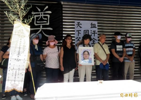 羅姓員工家屬抗議全聯讓員工因過勞而不治。(記者張菁雅攝)