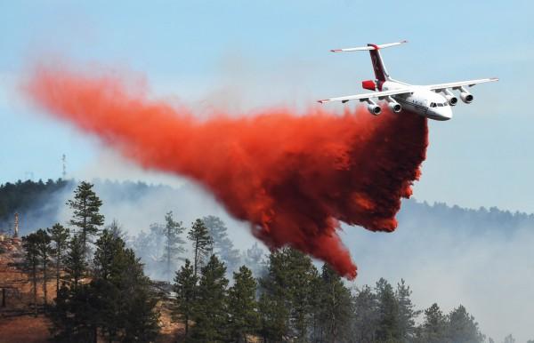 當局派遣消防飛機從空中灌救。(美聯社)