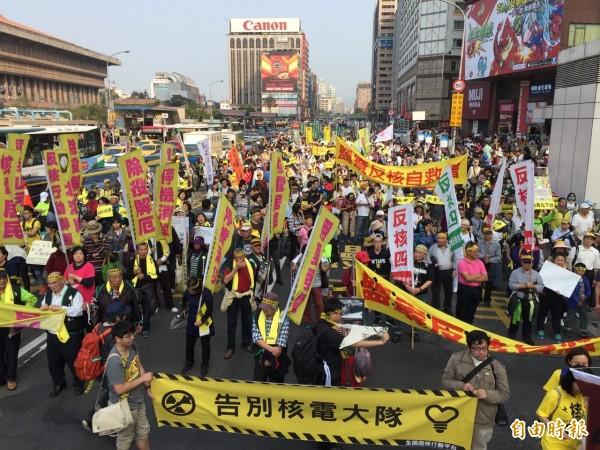 全台廢核遊行,主辦單位宣布台北場有3萬人參與,圖為遊行隊伍經過台北火車站前忠孝西路的畫面。(記者簡榮豐攝)