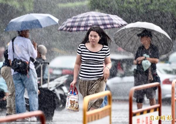 吳德榮表示,歐洲中期預報中心模式模擬顯示,明起至週日熱帶性低氣壓將通過呂宋島,在進入南海之後,約在明晚至週六發展為「颱風」的機率高,可能影響東半部,帶來大量降雨。(資料照,記者羅沛德攝)