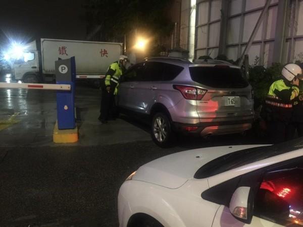 有一輛車停在停車場入口,在警方協助下找到跑去吃飯的駕駛人。(圖擷取自爆料公社)