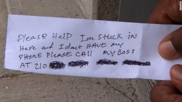 一位工人意外將自己鎖在ATM裡,只好在紙條上寫下求救字樣,然後將紙條從收據口丟出。(圖擷自推特)