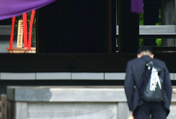 靖國神社的春季例行大祭,日本首相安倍晉三選擇以供奉供品方式參與,不前往參拜。(美聯社)