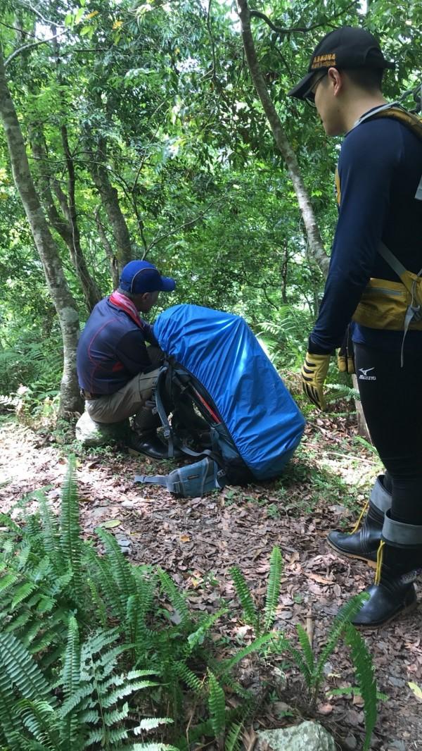 搜救人員找到老翁後,老翁卻表示不需就醫,他只想要回家。(記者王峻祺翻攝)