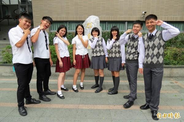台中新民高中冬季制服是少見的薰衣草色,學生自豪穿的是品味、是時尚。(記者蘇孟娟攝)
