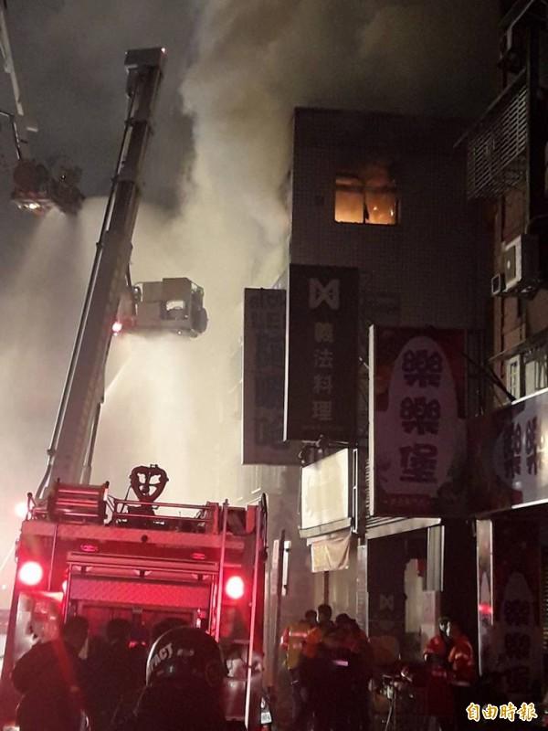 八德路四段出租公寓4樓起火,火勢猛烈,濃煙瀰漫。(擷取自爆料公社)