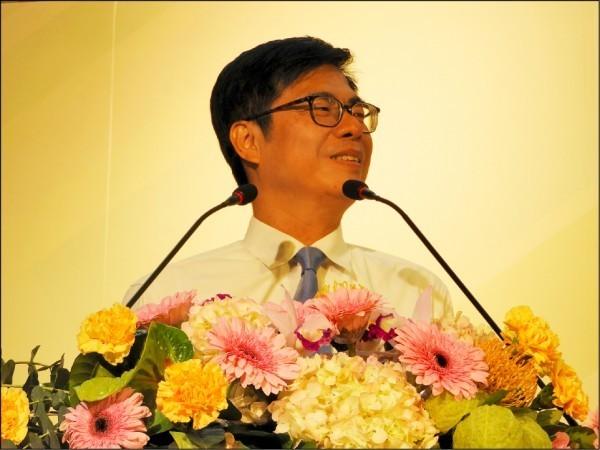 九合一選舉假消息鋪天蓋地,包括競選高雄市長的陳其邁參加電視政見會時,被捏造有戴耳機。(資料照)