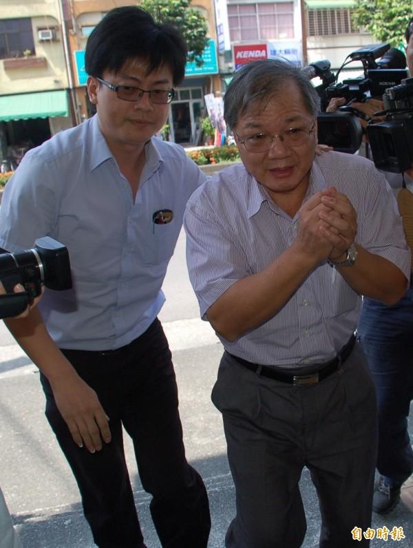 強冠公司董事長葉文祥(右),高雄高分院去年判葉22年重刑。(資料照,記者李立法攝)