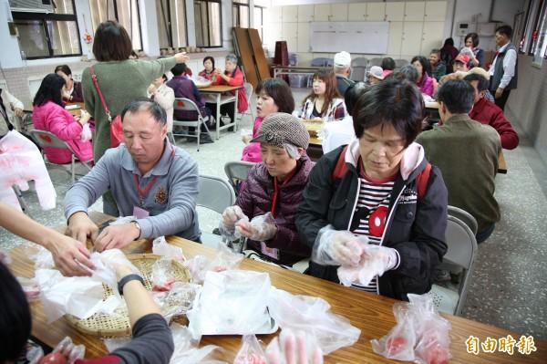 來到這裡,還可體驗DIY的樂趣;社區媽媽以在地食材教導遊客製作健康好吃的「紅麴紅龜粿」,餡料可選擇蘿蔔絲或紅豆餡。(記者沈昱嘉攝)