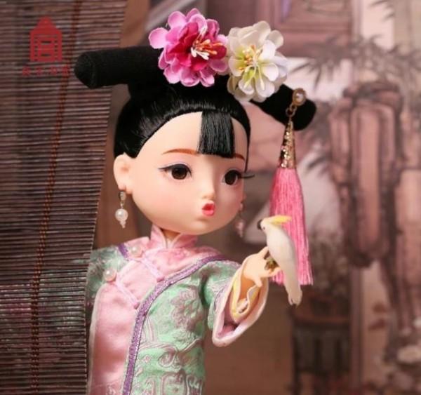 北京故宮日前推出的文創商品「俏格格娃娃」,被網友指控抄襲日貨。(圖擷取自網路)