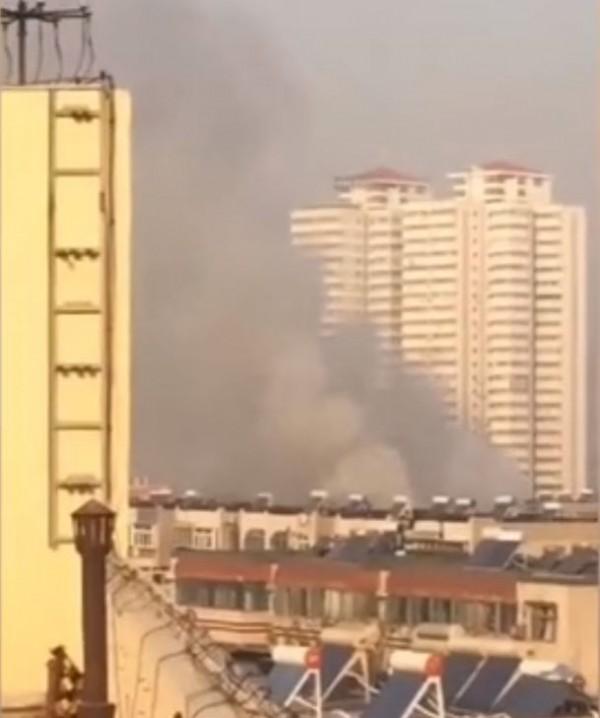 中國山東濟南一棟民宅突然發生大爆炸,火勢迅速吞沒整棟民宅,現場濃煙滾滾,火光沖天。(圖擷自網路)