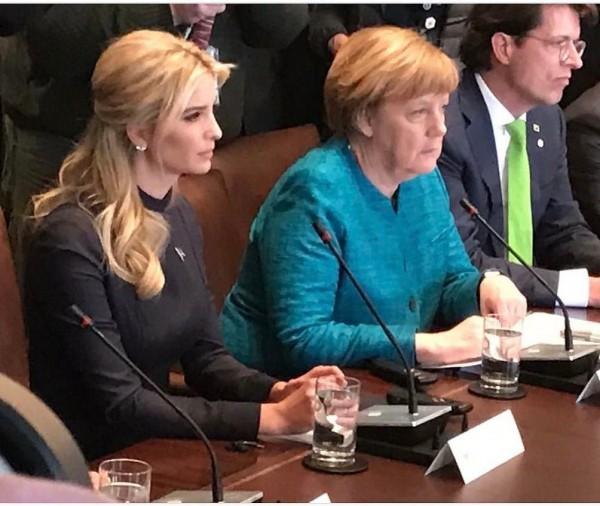 日前伊凡卡坐在德國總理梅克爾身旁。(圖擷取自伊凡卡Instagram)