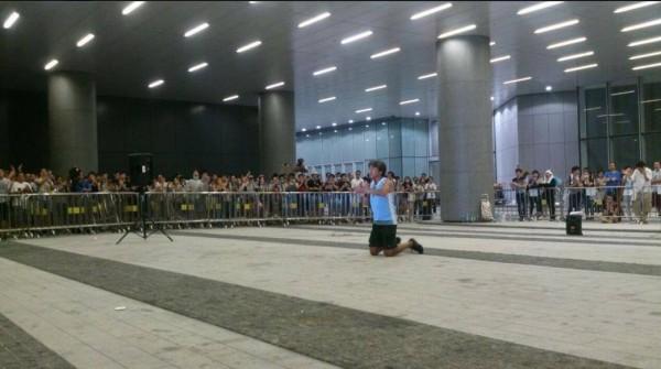 長毛跪著向民眾央求留下,他要學生互相保護,並說明佔中只是名詞,不要因不滿佔中被騎劫(近義詞為綁架)就放棄整場運動。(圖擷取自香港獨立媒體網)