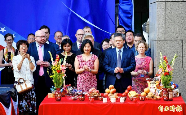 American Institute in Taiwan (AIT) Director Kin Moy, front second right, and his colleagues offer prayers during yesterday's dedication of the new AIT complex in Taipei's Neihu District. Photo: Sam Yeh, AFP