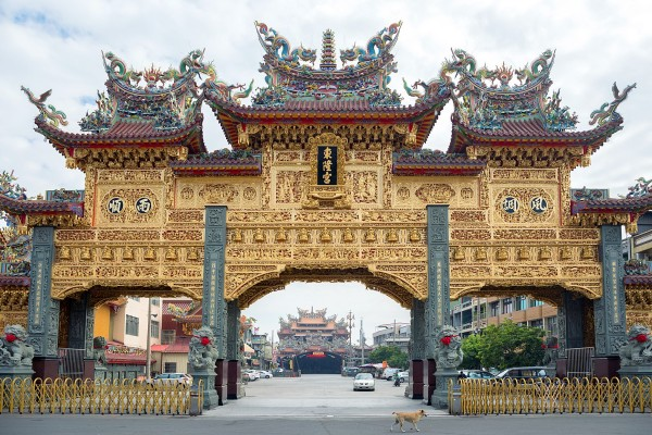 A massive golden arch serves as the entrance to Donglong Temple. Photo: Perry Svensson, Taipei Times