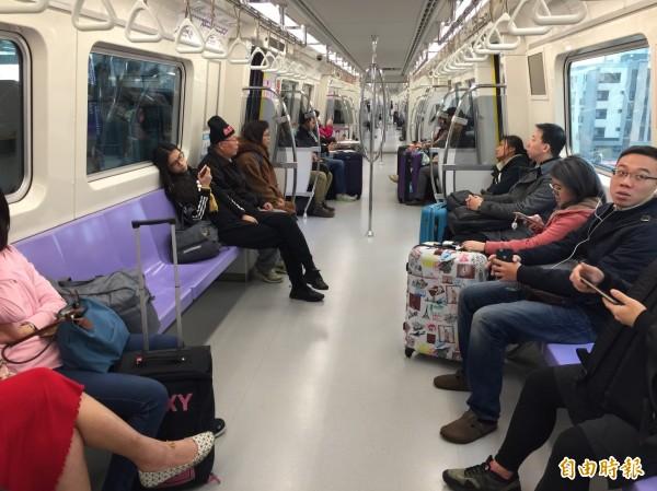 機捷正式營運後,車廂內已不見試營運時的擁擠,仍有許多空座位。(資料照,記者余瑞仁攝)